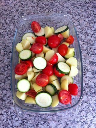 Ponga las verduras en un recipiente del horno.