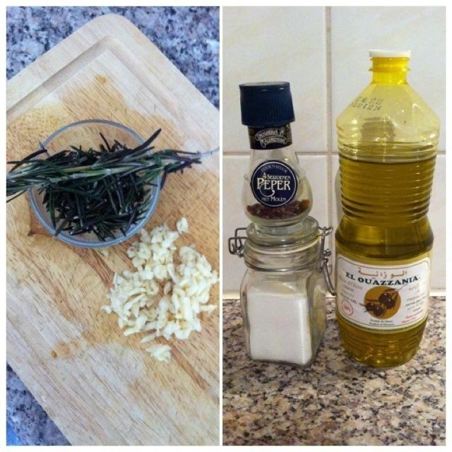 Añadir el romero, el ajo, la pimienta, la sal y la gran cantidad de aceite de oliva para las verduras ...