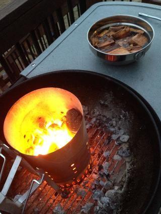 Carbones están calientes! TIP: Si es posible, use carbón con algunos trozos de madera / virutas empapadas o al menos algunas fichas en una caja del ahumador en una parrilla de gas. Echa un vistazo a mi guía quesadilla para más información sobre la parrilla con carbón.