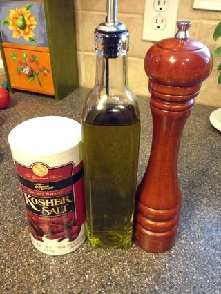 Sal, pimienta y aceite de oliva para la corteza