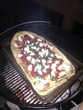 En una bandeja de horno y de nuevo al horno improvisado para terminar de cocinar. Usted puede medir cuando se's ready by watching the crust & toppings.