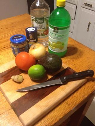 Mientras que las patatas están horneando reunir los ingredientes para el guacamole