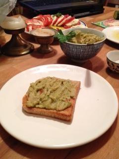 Una vez que haya terminado de poner el guacamole en un pan recién tostado.