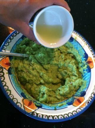 Añadir 1 1/2 cucharadas de jugo de limón y mezclar bien. Prueba de gustos y añadir lo que sea necesario - que le gustará más la cebolla o la sal de lo que hago - hágale sus los propios! Puede agregar jalapeños tajada por una patada.