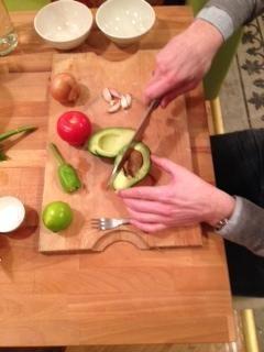 Cortar con fuerza en la semilla con el cuchillo y luego gire el cuchillo para conseguir la semilla de la carne.