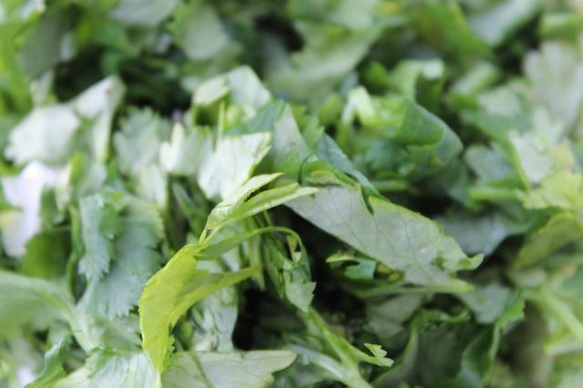 Pique el cilantro.