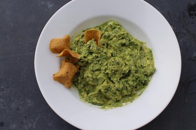 Que el frío guacamole durante una hora para que los sabores se combinan y se hacen más intensos. El jugo de limón y sal de trabajo para mantener el color verde característico de los aguacates.