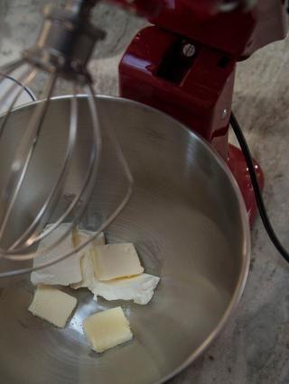 Ya sea usando una batidora de pie o una crema mezclador de la mano juntos el queso crema, la mantequilla y la sal. Después de cada paso, raspe los lados del recipiente para asegurarse de que todo se mezcla.