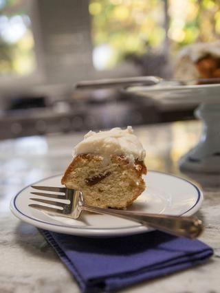 Servir el pastel arriba, cortarlo y ver el relleno de guayaba delicioso! La mezcla perfecta de agrio y dulce, este pastel rocas cuando se sirve con champán !!!!