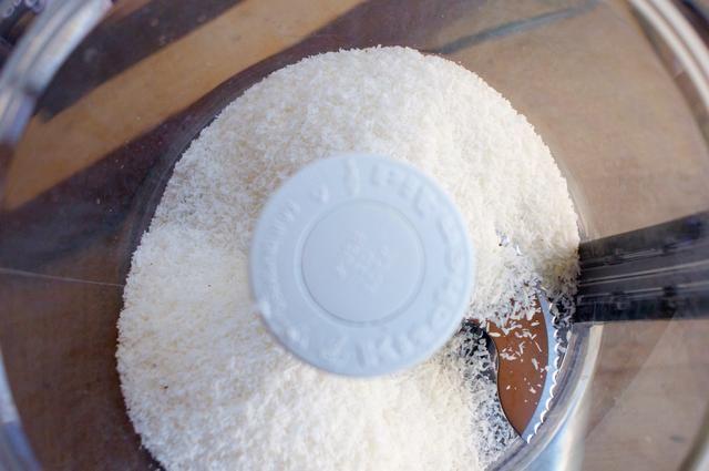 Agregar 2 tazas de coco para su procesador de alimentos. Deje correr el agua durante 7-10 minutos, raspando los lados varias veces. Si usted puede hacer las cosas bien, puede activar el coco en una mezcla de mantequilla.