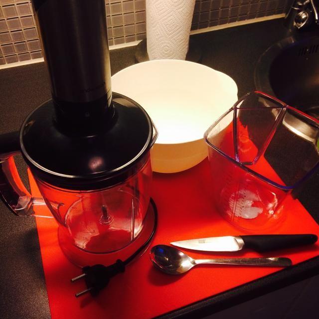 Herramientas: batidora, cuchillo, tabla de cortar, cuchara de sopa, una jarra de medición, tazón