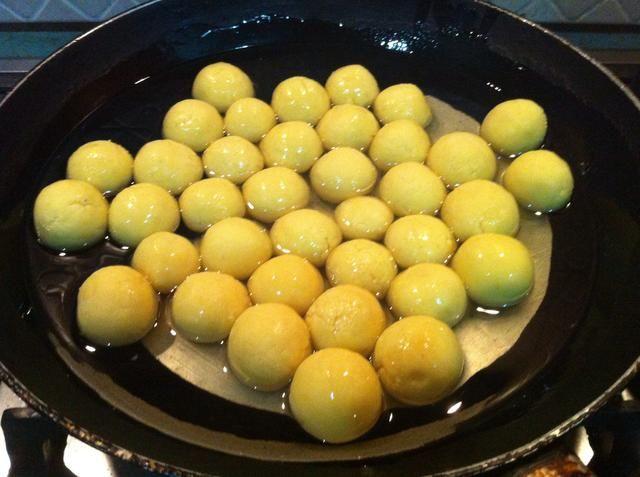 hacer bolas, añadir el aceite en una sartén y añadir sus pelotas en el aceite antes de calentar el aceite .. y luego calentarlo a fuego medio
