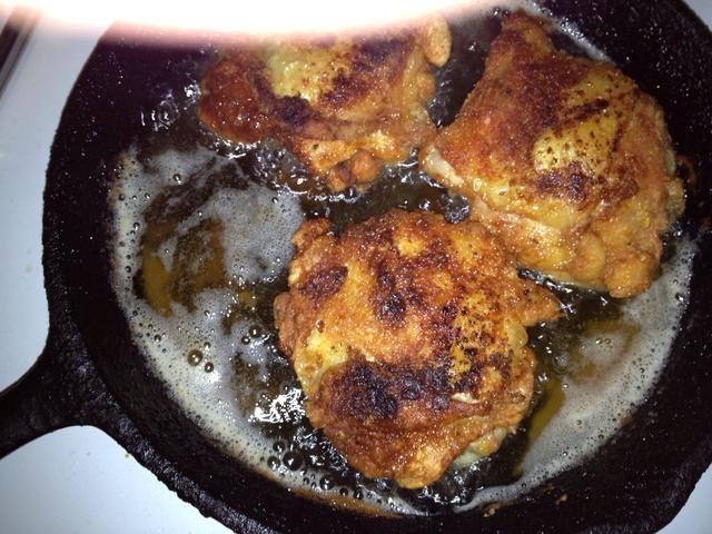 Durante la última tanda de pollo agregar la harina restante de la bolsa para que pueda marrón junto con el pollo