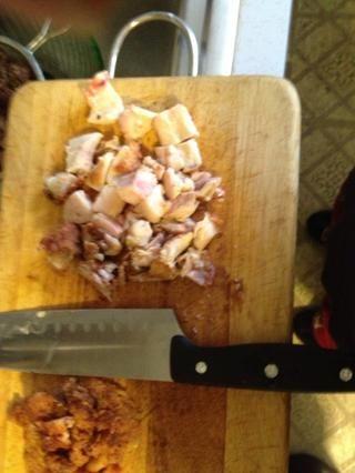 Cuando el pollo es la piel quitar fresco y carne chuleta. Agregue la carne de olla