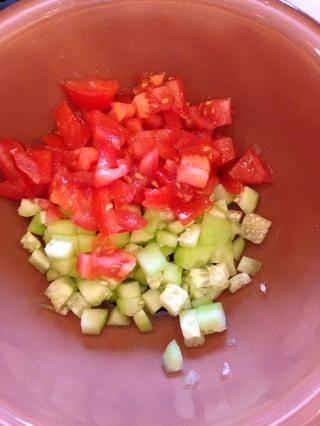 Ahora hacen mezclan el tomate, pepino y cebolla! Picar las verduras y colóquelas en un tazón. Añadir una sal 1/2 cucharadita de pimienta y 1 cucharadita de aceite de oliva. Coloque en el refrigerador hasta que esté listo para servir!