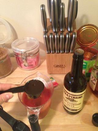 Añadir 1 / 4c de salsa inglesa a la mezcla.
