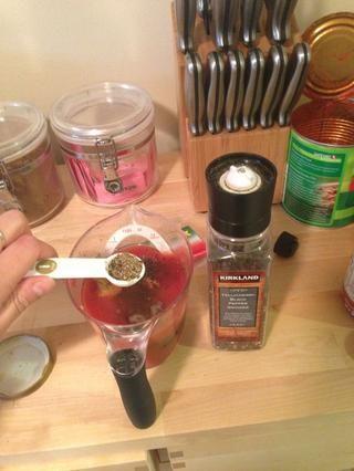 Añadir 2 cucharadita de pimienta negro a la mezcla.
