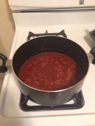 Añadir todos los ingredientes (pasta de chile habanero y de la base de barbacoa) a una olla y batir la mezcla a fuego medio.