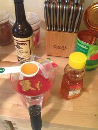 Mida 1 cucharada de miel y agregar a la mezcla de barbacoa.