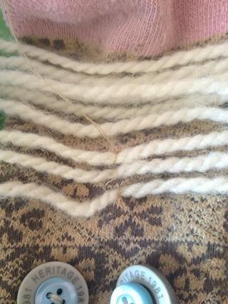 Coser en el cabello, haciendo una puntada sobre cada trozo de hilo.