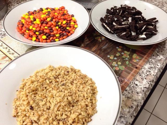 Configure sus coberturas siguiente! Picar el Oreos y ponerlas en un bol junto con las nueces y Reese's candies.