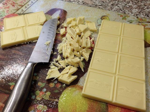 Picar el chocolate blanco y derretir en el microondas. Se debe tomar alrededor de 1-2 minutos, comprobar que cada 15 segundos Don't want it to burn! I made this bark for Halloween so I used food coloring!