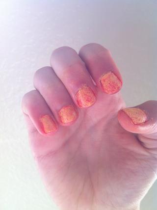 Con un poco de removedor de esmalte de uñas, quitar el esmalte de uñas en exceso en su dedo.