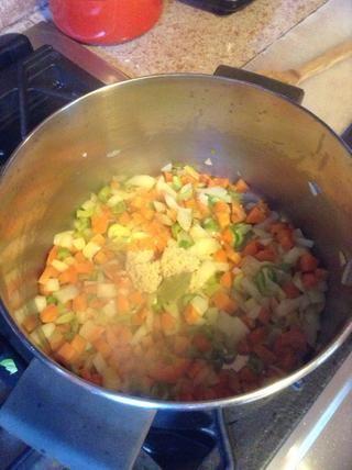 Agregue el ajo y el laurel. Saltear otros 2 minutos.