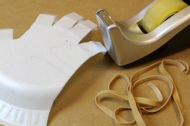 A su vez a la parte posterior de la mano y agarrar 5 piezas de goma.