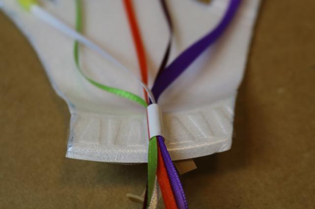 Enrosque los 5 pedazos de cinta a través de la pieza de paja.