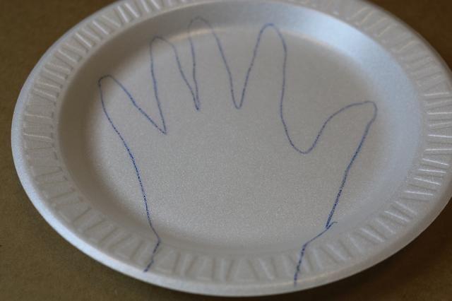 Se prefiere dibujar / cortar un poco más grande que tus dedos. También dejar en el lado de curvatura de la placa para su muñeca.