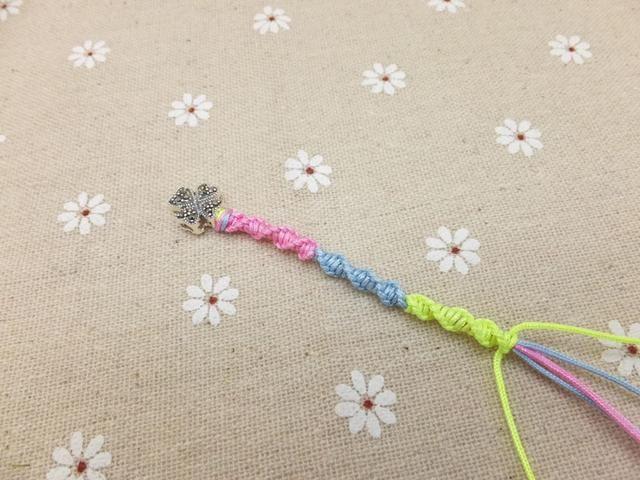 Una vez más, tire de la cuerda de color amarillo oro y continuar brazalete trenzado utilizando el método anterior.
