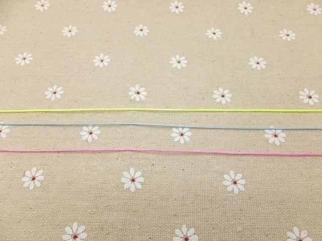 Cortar dos trozos de cuerdas que son al menos 32 pulgadas (0.8meters) de largo. Ahora tiene seis cuerdas y cables son cada 32 pulgadas (0.8meters) de largo.