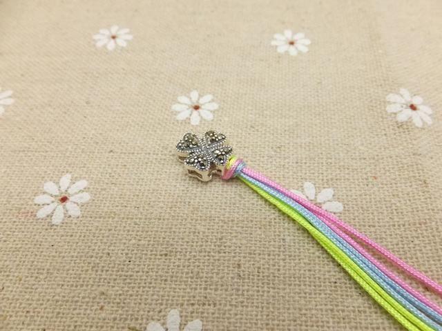 Tome el cable de melocotón izquierda sobre las cuerdas que sostienen y se pone debajo de la cuerda durazno derecha.