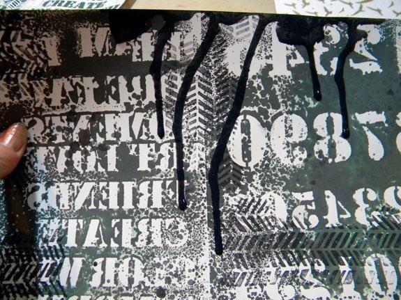 He utilizado el resto de la mezcla de negro para crear gotas en algunos de los periódicos.