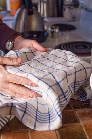 Revuelva bien, una vez más. Cubra el recipiente con un paño y meter a la basura en un espacio cálido para descansar por lo menos durante 6 o 7 horas, o incluso durante la noche.