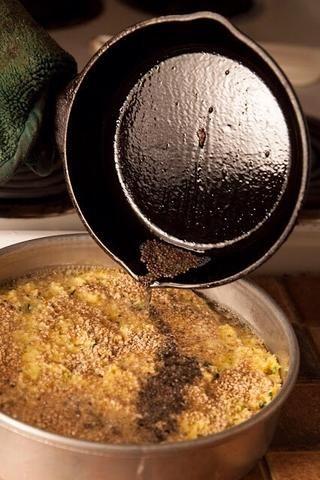 En un pequeño calor sartén 2 cucharadas de aceite vegetal. Cuando el aceite esté caliente, echar en 1 cucharadita de semillas de mostaza marrón. Cuando el pop y el chisporroteo verter las semillas oleaginosas y mostaza vegetales sobre la masa del pastel.