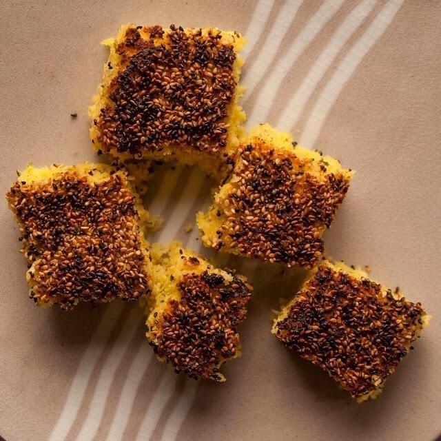 Tome la sartén y dejar que el resto de la torta de unos 10 a 15 minutos, luego cortarlo y servirlo.