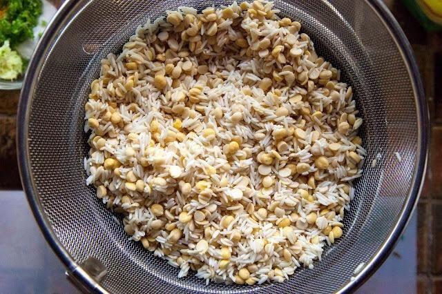 Enjuague el arroz y los dals y remojar en un recipiente con agua durante aproximadamente 6 horas. Drenar el agua del arroz y dal.