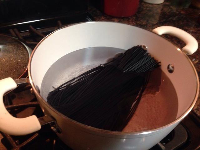 Traiga una olla de agua a hervir y colocar en sus fideos. (4 Qt o mayor al hacer una libra de fideos + verduras)