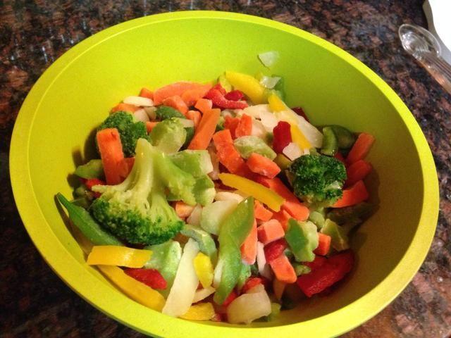 Durante la primavera y el verano, usar verduras frescas. En el invierno, las variedades salteados congelados funcionan bien. Si usted tiene los amantes de los no vegetarianos para alimentarse, puede cortar las verduras en trozos pequeños.