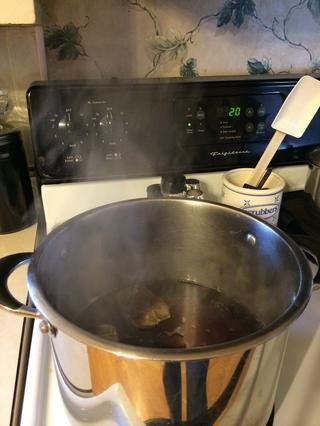 Después de que el agua haya hervido, apague el quemador y empinado su té durante 20 minutos. Usted don't have to be precise the longer you steep the tea the more