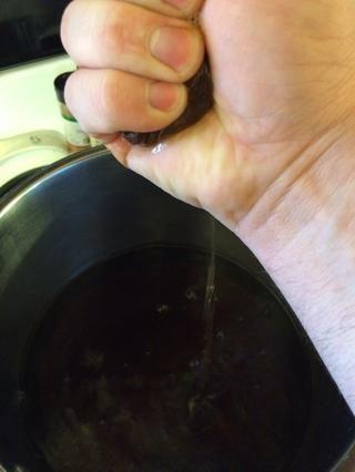 Después de que el tiempo se ha acabado, use una cuchara o si usted puede manejar un poco de calor aprieta a cabo con las manos. Yo siempre uso mis manos porque quiero llegar hasta la última gota! Ahora bien, si's still too hot let it cool.