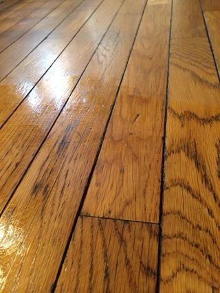 Ahora se puede ver la diferencia entre una húmeda y una más de 100 años viejo piso de madera recién seca limpiado con un limpiador de TEA 100% natural. Tan inofensivo se puede beber !!!