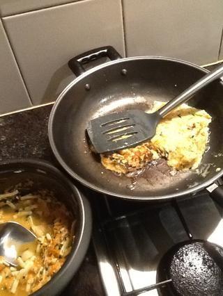Con una espátula de aplanar la mezcla y se deja chisporroteo durante 1-2 minutos - dependiendo del tamaño - a continuación, darle la vuelta y dejar cocer durante 1-2 minutos más.