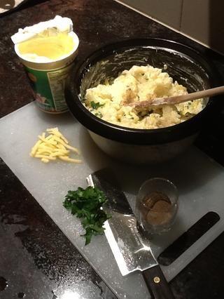 Preparar los demás ingredientes, 3 cucharadas de perejil de hoja plana, finamente picados, media taza de queso cheddar rallado, y aplastar un diente de ajo. Añadir todos los ingredientes junto con puré de patata.