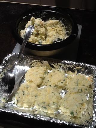 Una bandeja de horno debe estar preparado y forrado. Mientras el horno se precalienta a 210 • c la mezcla debe combinarse a fondo y luego cuchara en tortas redondas.