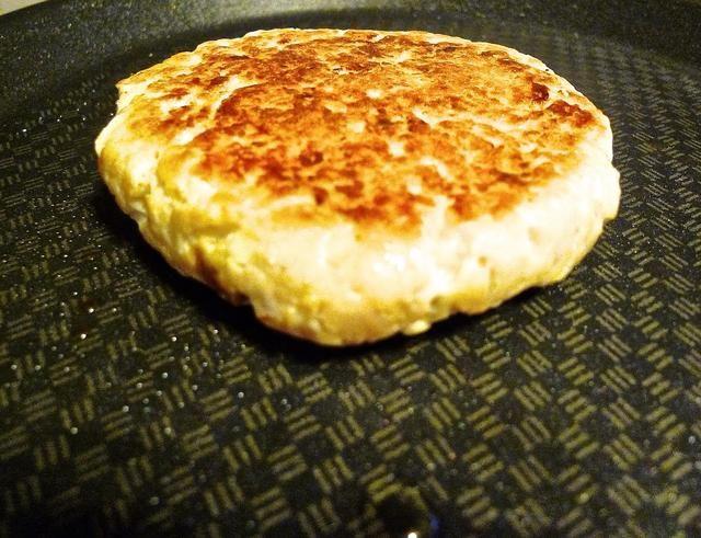 Voltear una vez y cocinar la misma manera para el otro lado de la hamburguesa por otros 5 minutos o hasta que estén doradas.