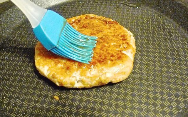 Cepille el mismo en el otro lado de la empanada que estén doradas y usted're done!