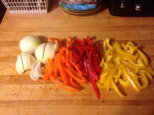 Cortar las verduras de manera uniforme para que se cocine correctamente.